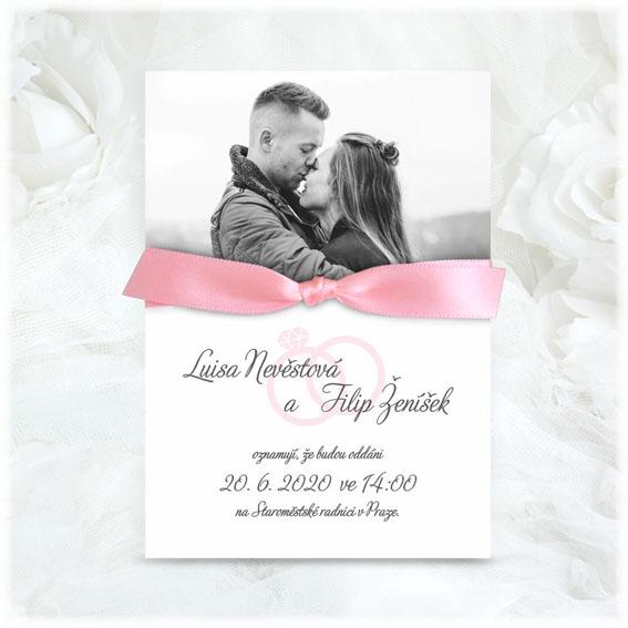 Svadobné oznámenia s fotografiou a ružovou stuhou s jednoduchým uzlom