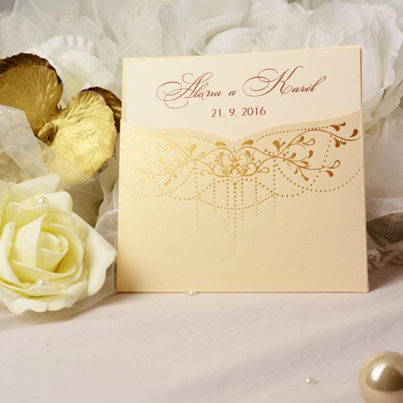 Svadobné oznámenia vo vanilkovej metalické vrecku so zlatou razbou