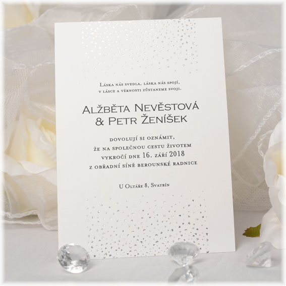 Svadobné oznámenia so striebornou dúhovú razbou srdiečok